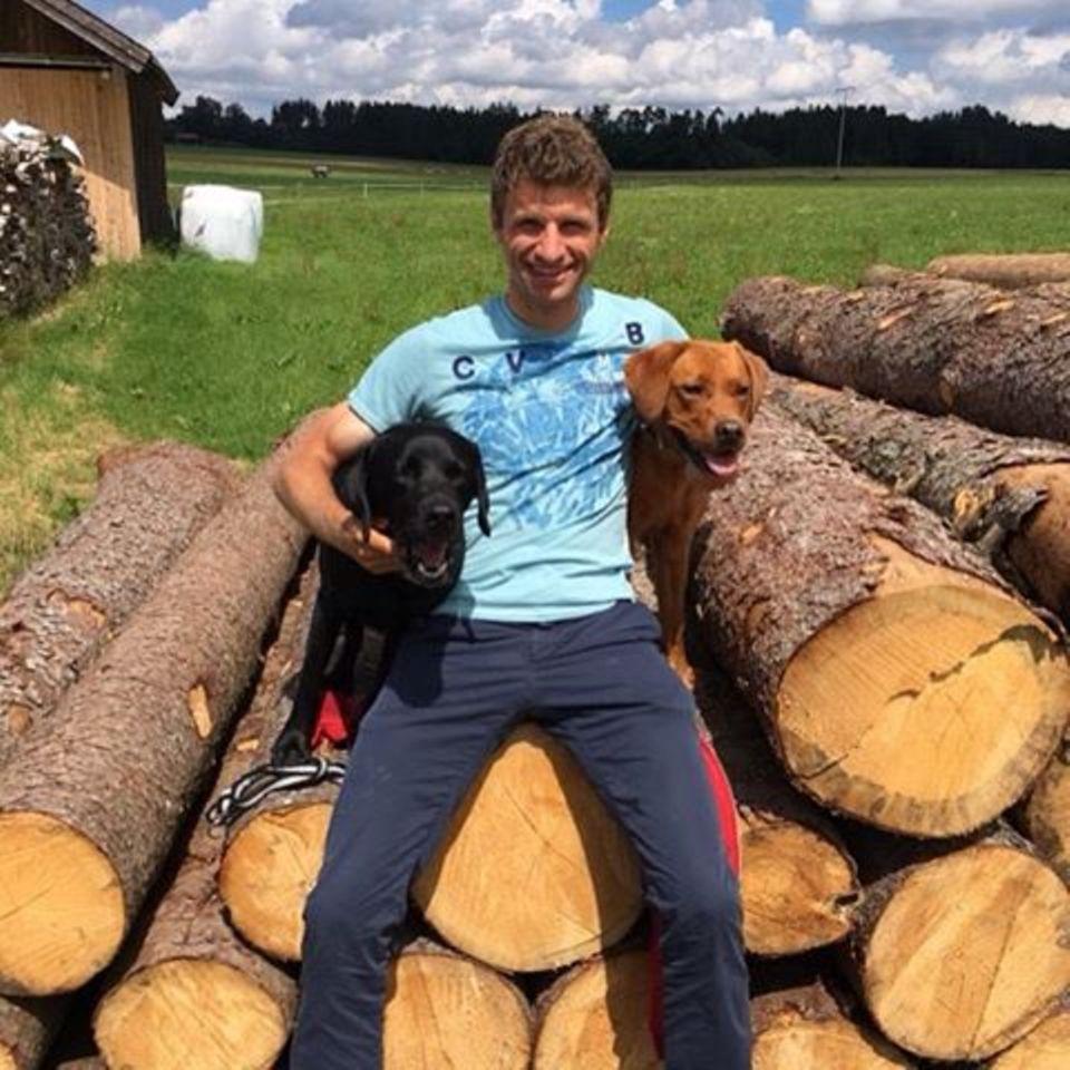Nationalspieler Thomas Müller hat zwei treue Begleiter: Wandern mit den Hunden Micky und Murmel macht eh viel mehr Spaß.
