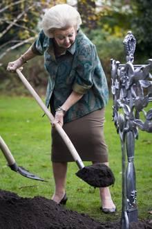 """Prinzessin Beatrix pflanzt im Garten des Noordeinde Palasts in Den Haag einen """"Koningboom"""" (Königsbaum)."""