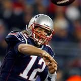 Und so sieht Tom Brady in seiner Arbeitskleidung aus: Er ist US-amerikanischer Footballspieler für die New England Patriots auf
