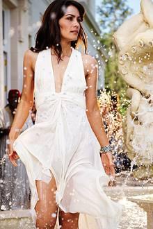 Clooneys Drehpartnerin Shannyn Sossamon nimmt eine Abkühlung im Brunnen