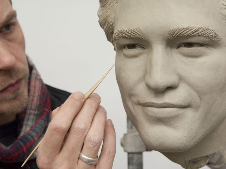 Sein typisch verschmitztes Lächeln ist schon bei der Herstellung von Robert Pattinsons Double aus Wachs zu erkennen.