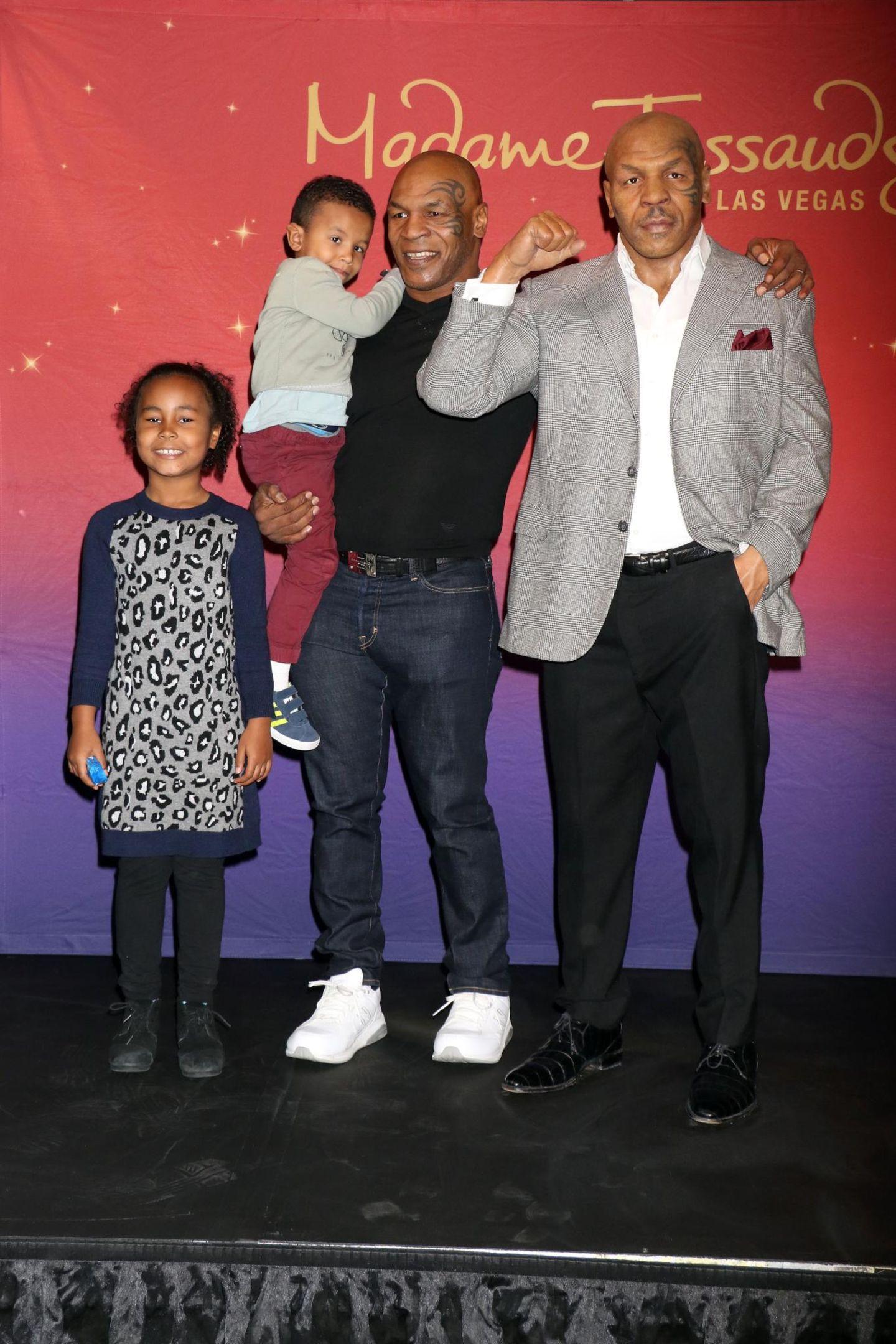 Bei Madame Tussauds in Las Vegas freut sich der ehemalige Schwergewichtsboxer Mike Tyson über seine erste Wachsfigur. Seinem Sohn ist das Ganze nicht geheuer - er verkriecht sich lieber auf Papa's Arm.