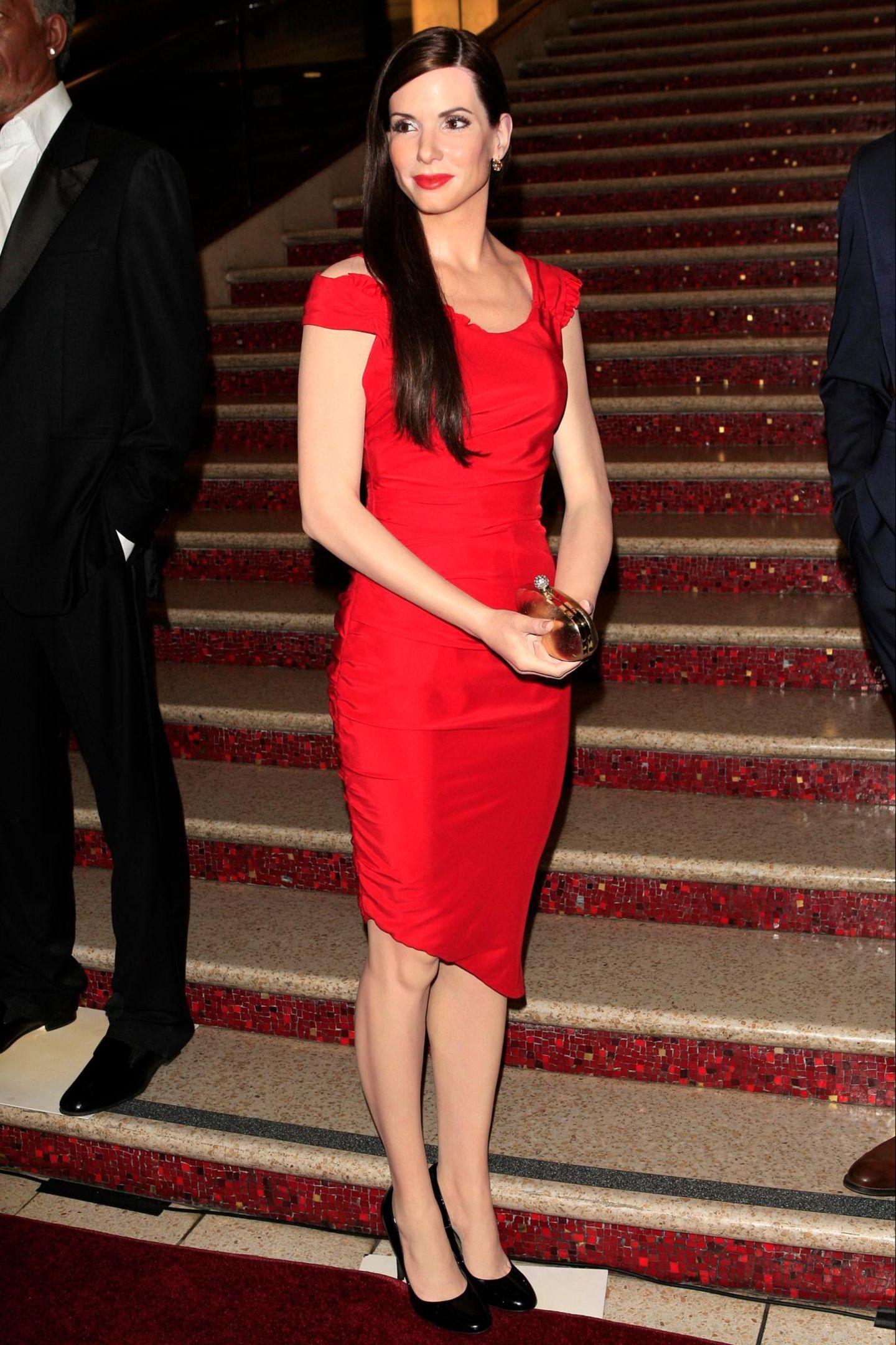 """In Hollywood bekommt Sandra Bullock eine neue Wachsfigur. """"Madame Taussauds"""" zeigt die Figur der Schauspielerin mit rotem Kleid und passendem Lippenstift."""