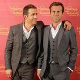 Ryan Reynolds beäugt etwas skeptisch sein wächsernes Ebenbild bei Madame Tussauds in Los Angeles.