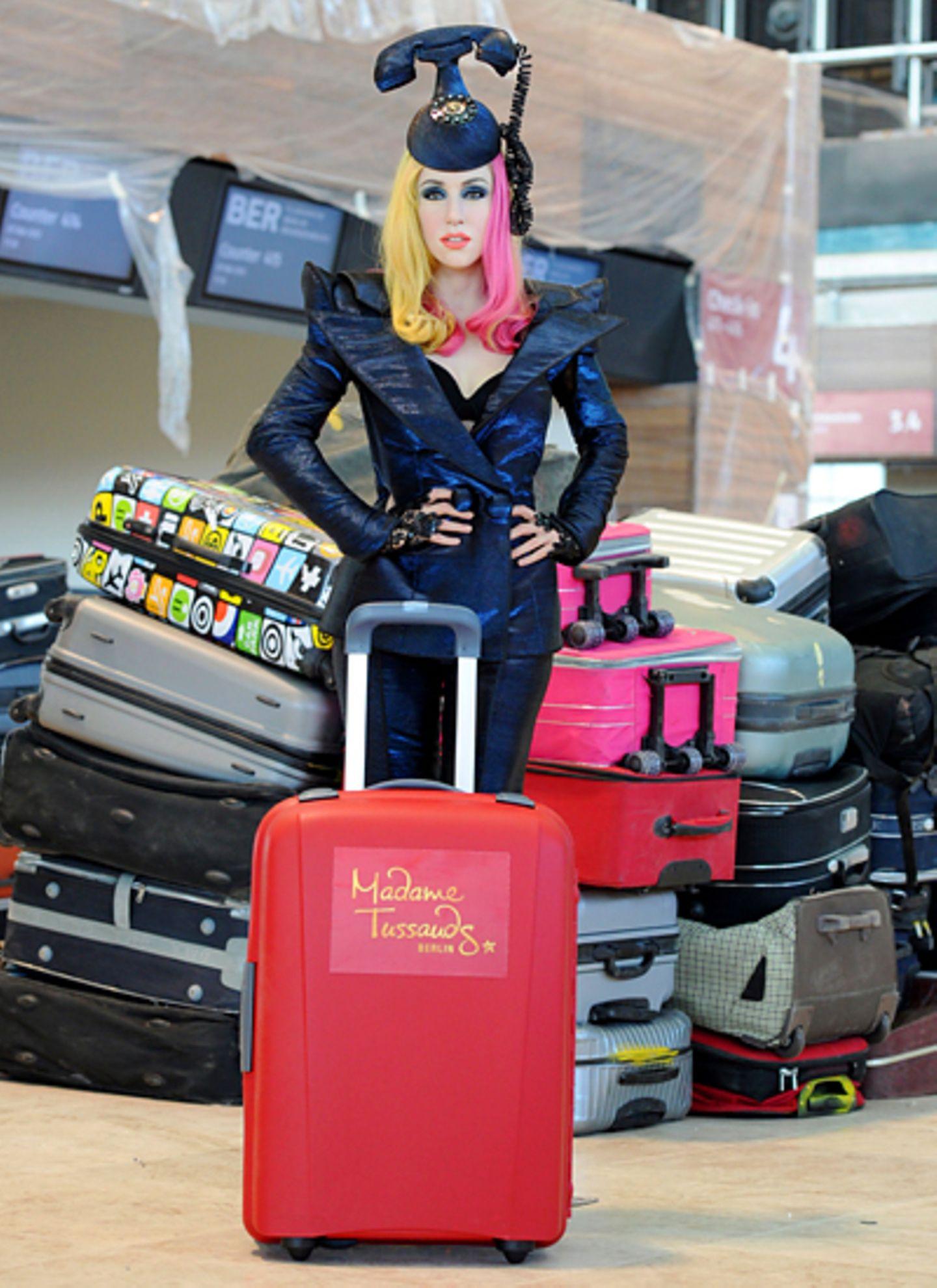 Die Figur von Lady GaGa steht auf dem künftigen Hauptstadtflughafen Berlin Brandenburg in Schönefeld an den Abfertigungsschalter