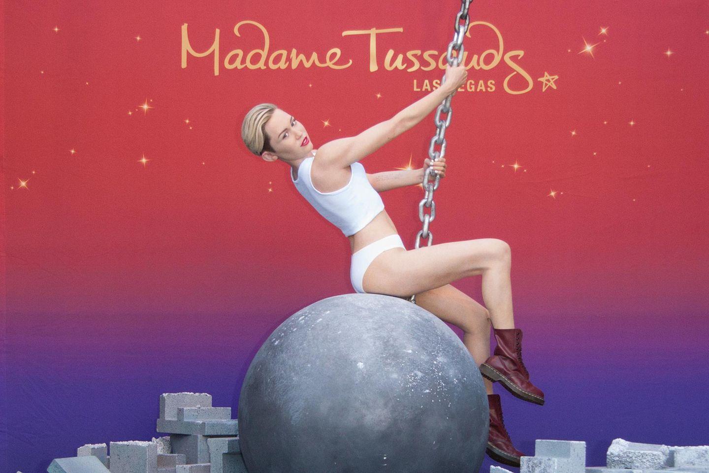 """Miley Cyrus wird bei """"Madame Tussauds"""" in Las Vegas ein Denkmal gesetzt. Angelehnt an ihr Musikvideo """"Wrecking Ball"""" schwingt sie auf einer Abrissbirne."""