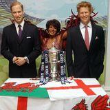 Das Londoner Wachsfigurenkabinett zeigt Prinz William und Prinz Harry, die Shireley Bassey in ihre Mitte nehmen.