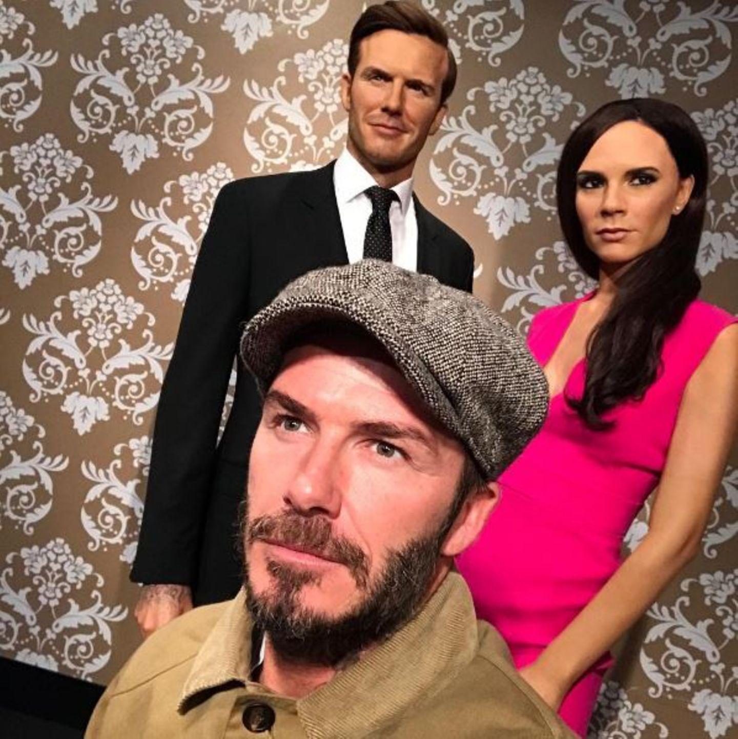 """David Beckham bei Madame Tussauds: Der ehemalige Fußballstar hat ein bezauberndes Wachsfigurenpärchen gefunden. """"Etwas haariger heute, ich natürlich, nicht meine Frau."""" - scherzt Becks."""