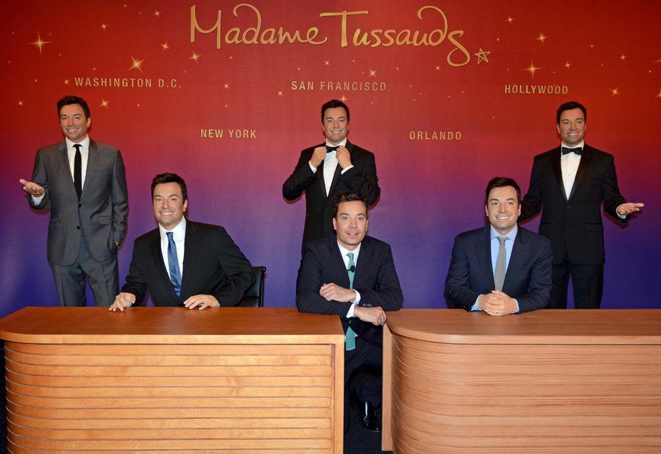 """Moment mal, wer ist hier echt? Jimmy Fallon ist gleich fünf Mal bei """"Madame Tussauds"""" in Florida zu bewundern. Bei der Eröffnung man muss schon genauer hinsehen, um das Original von den Figuren auseinander zu halten."""