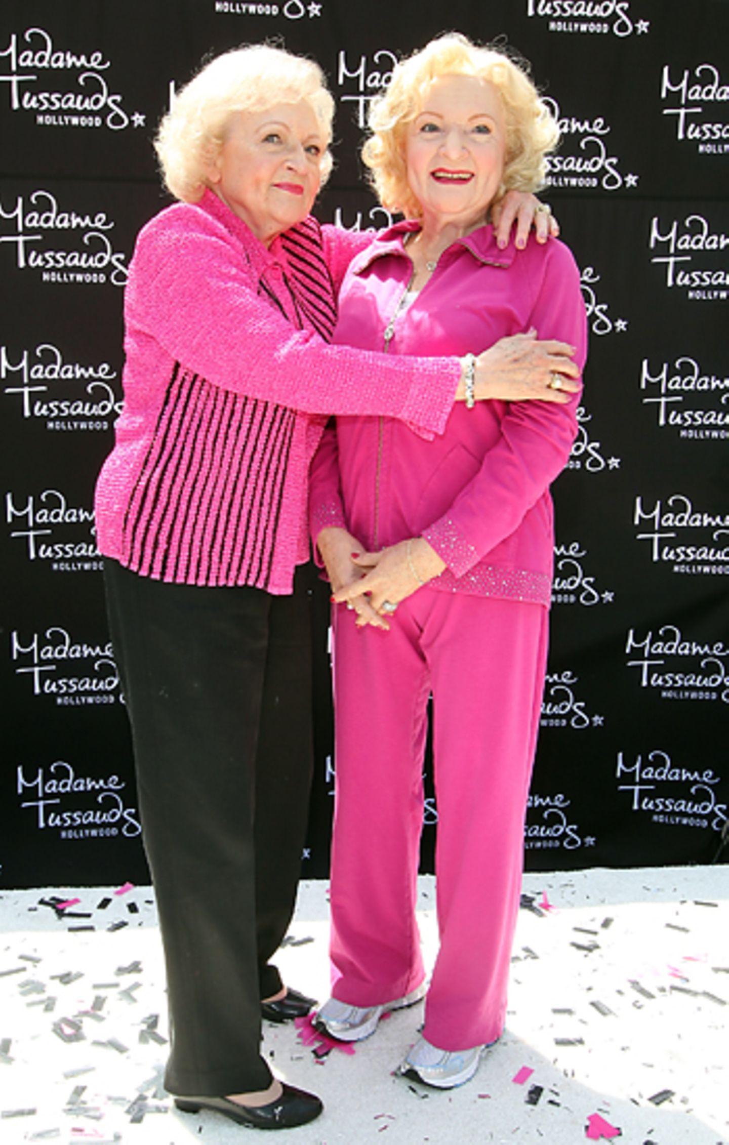 Betty White hat ihre Wachsfigur bei Madame Tussauds in Hollywood zum Knuddeln gern.