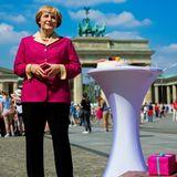 Zu ihrem 60. Geburtstag präsentiert das Wachsfigurenkabinett Madame Tussauds eine Figur von Bundeskanzlerin Angela Merkel vor dem Brandenburger Tor inklusive Torte und Geschenke.