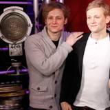 """Matthias Schweighöfer begrüßt im Berliner """"Madame Tussauds"""" stolz seine Wachsfigur."""