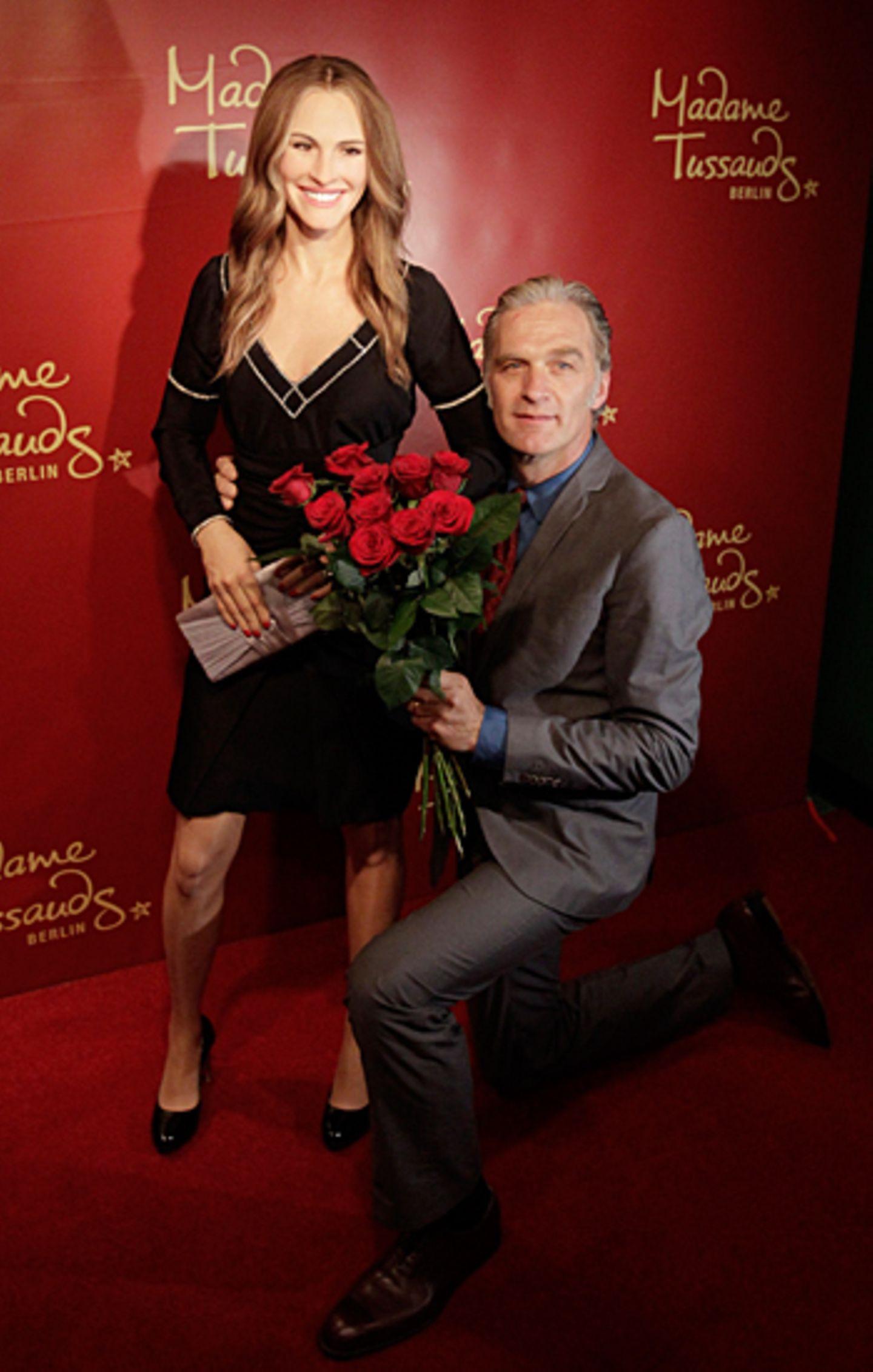 Walter Sittler liegt Julia Roberts zu Füßen. Und Rosen hat er ihrer Wachsfigur im Berliner Madame Tussauds auch mitgebracht.