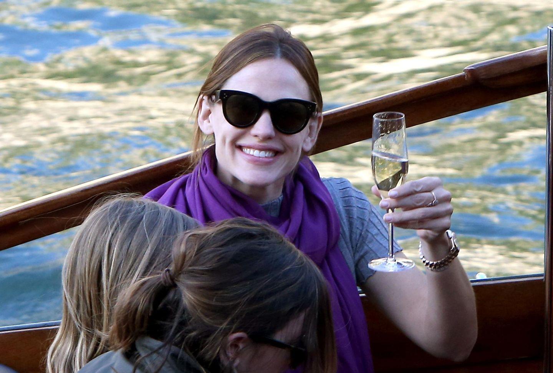 Jennifer Garner + Ben Affleck: 7. Mai 2016 Prost! Jennifer genießt ein Glas Champagner, bevor sie auf der Seine losschippert. Bestätigt ihr Strahlen die Gerüchte um ein mögliches Liebescomeback mit Ben Affleck?
