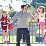 24. November 2013   Ben Affleck verbringt den Nachmittag mit seinen Töchtern in einem Park in Pacific Palisades.