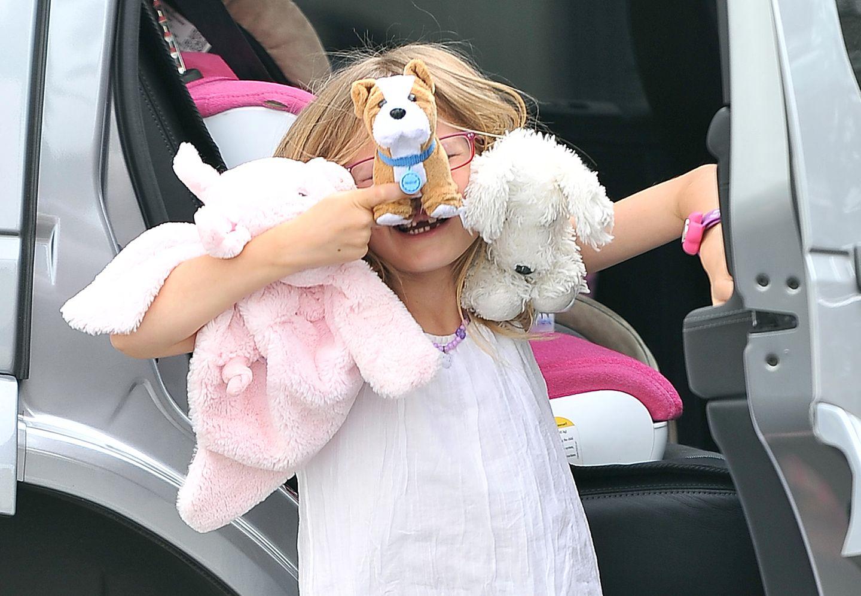 21. April 2013  Während Mama Jennifer Garner ein paar Besorgungen in Santa Monica erledigt, spielt Violet Affleck mit den Paparazzi Verstecken.