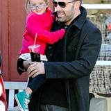 25. Oktober 2012: Ben Affleck trägt seine jüngste Tochter Seraphina durch Brentwood. Die Kleine guckt noch etwas unsicher über i