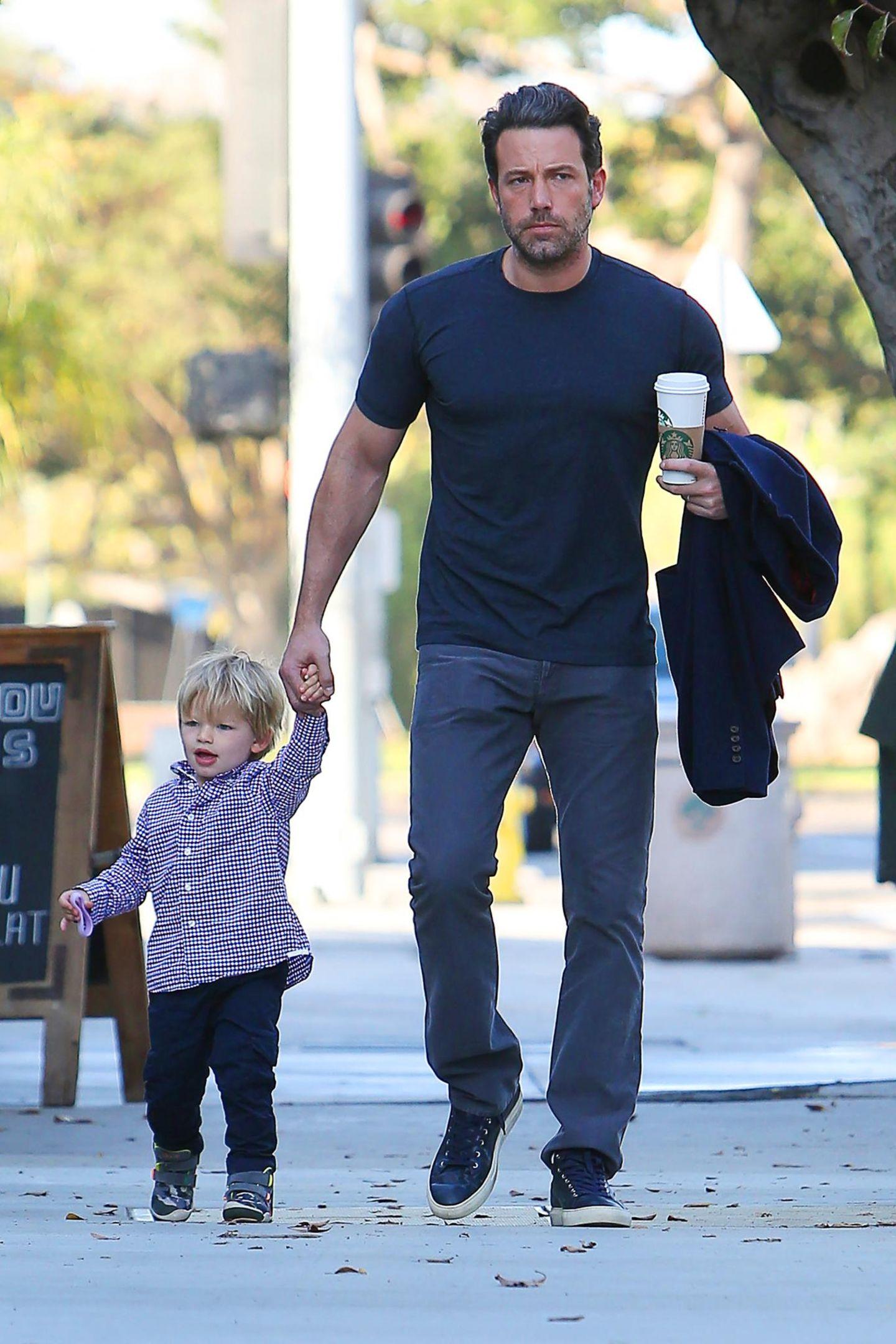 28. Oktober 2014  Samuel fühlt sich an der Hand von Papa Ben Affleck sichtlich wohl.