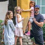 29. Juli 2015  Auch wenn Jennifer Garner und Ben Affleck ihre Scheidungspläne bereits vor gut einem Monat öffentlich verkündet haben, setzen sie noch immer auf ein intaktes Familienleben. Gemeinsam mit ihren drei Kindern Violet, Seraphina und Samuel haben sie bei einem Wochenend-Trip viel Spaß in Atlanta.