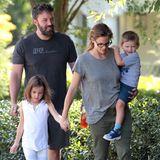 21. August 2015  Mit der gesamten Familie samt Hund machen Ben Affleck und Jennifer Garner einen Spaziergang.