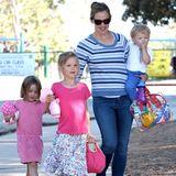 15. Juli 2013  Jennifer Garner hat ihre Rasselbande beisammen und ist mit Seraphina, Violet und Samuel auf dem Weg zu einem Spielplatz in Brentwood ...