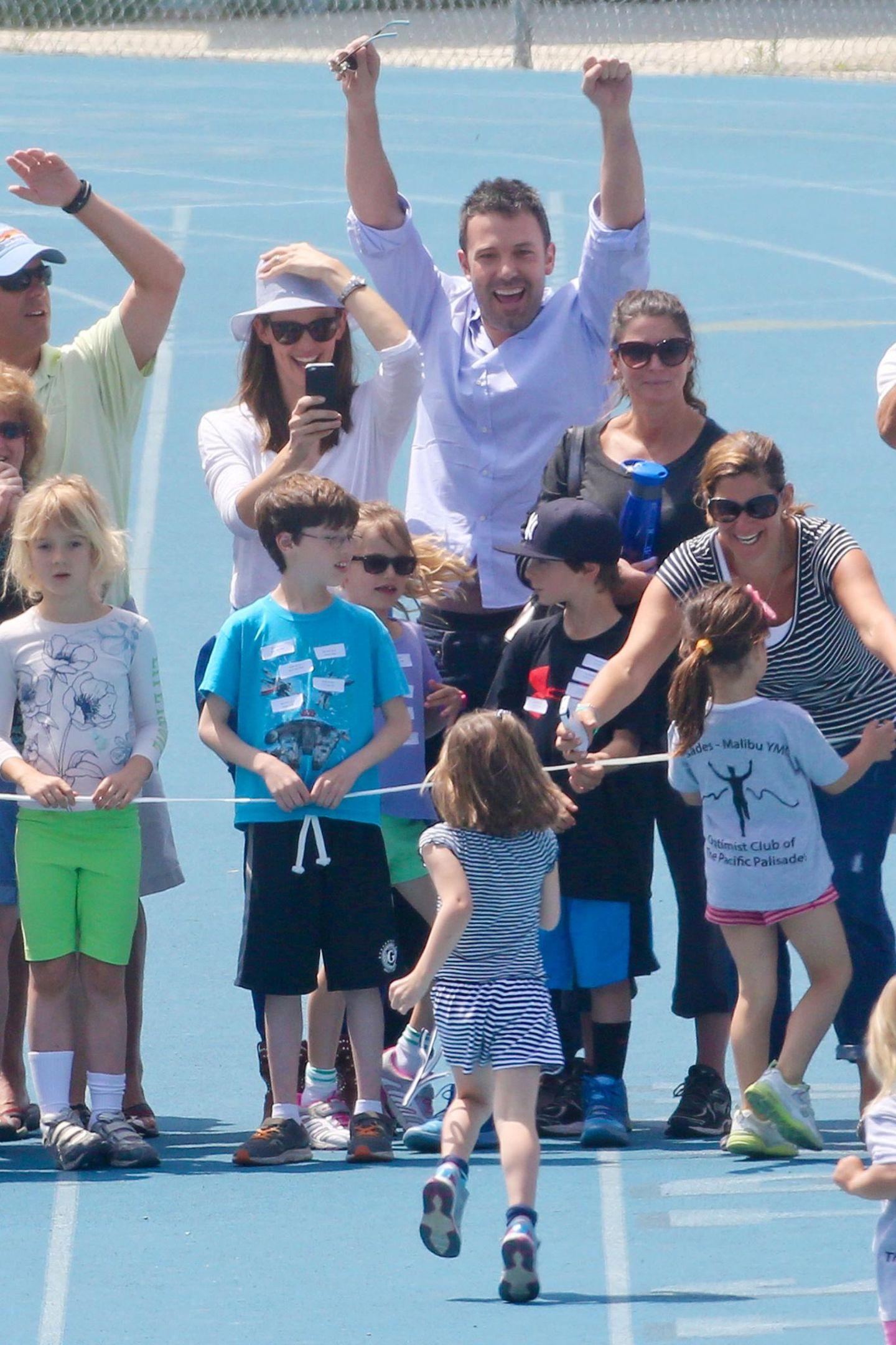 28. April 2013   Mama filmt und Papa jubelt: Seraphina macht bei einem Sportturnier an ihrer Schule mit. Das macht Jennifer Garner und Ben Affleck besonders stolz.