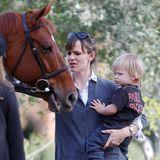 2. Dezember 2013  Jennifer Garner besucht mit ihrem Sohn Samuel eine Ranch in Brentwood. Während ihm die Pferde scheinbar weniger gefallen, hat er großen Spaß beim Toben mit seiner Mutter.