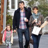 """6. Februar 2014  Zusammen mit Tochter Seraphina gehen Ben Affleck und Jennifer Garner im """"Brentwood Country Mart"""" frühstücken."""