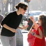9. Februar 2015  Jennifer Garner wird von Tochter Violet in Brentwood mit Frozen Yogurt gefüttert.