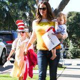 """28. Februar 2013  Jennifer Garner holt mit Samuel, der am Vortag seinen ersten Geburtstag feierte, Tochter Violet von der Schule ab. Diese freut sich über ihren """"Cat in the Hat""""-Hut."""
