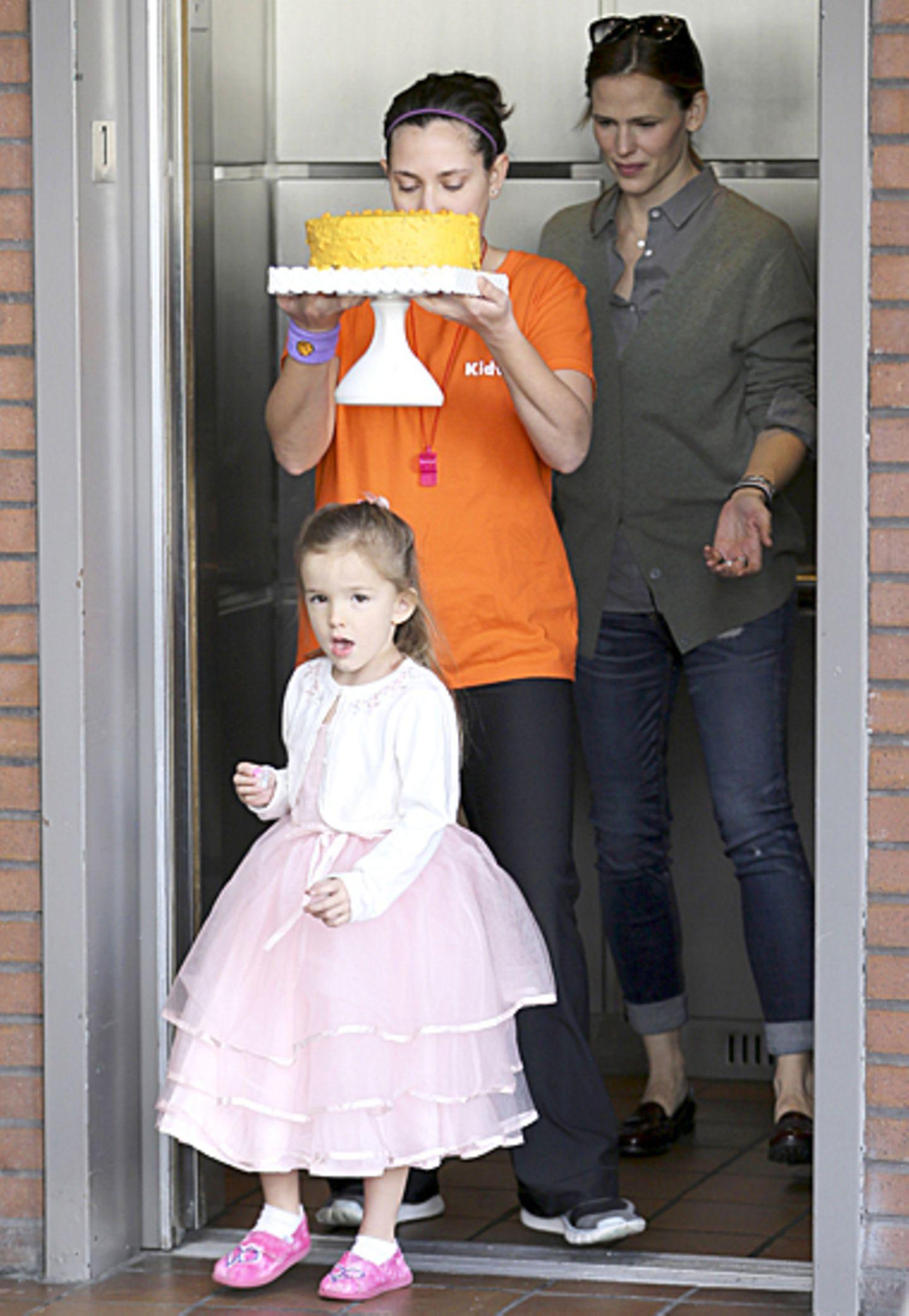 6. Januar 2013: Zum 4. Geburtstag bekommt Prinzessin Seraphina eine tolle Torte. Mama Jennifer Garner scheint allerdings noch sk