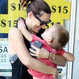 30. September 2016  Bei einem Ausflug mit Samuel in Brentwood strahlt Jennifer Garner vor Glück und wirbelt ihren Sohn durch die Lüfte.