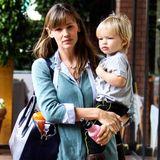 19. November 2013  Jennifer Garner trägt ihren süßen Sohn Samuel in Brentwood zur Krabbelgruppe.