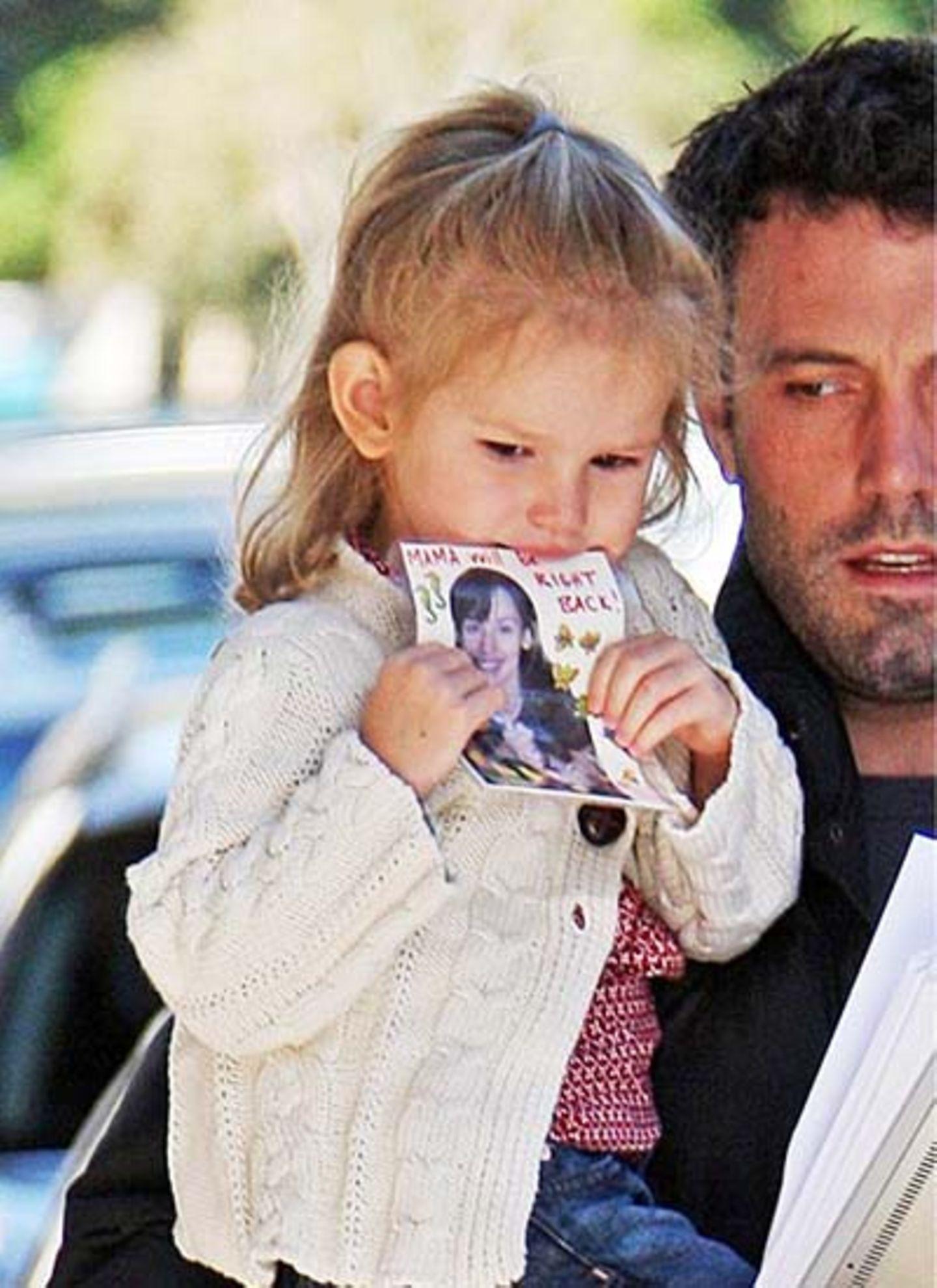 5. November 2008: In Gedanken versunken kaut die kleine Violet auf einem Bild ihrer Mutter rum