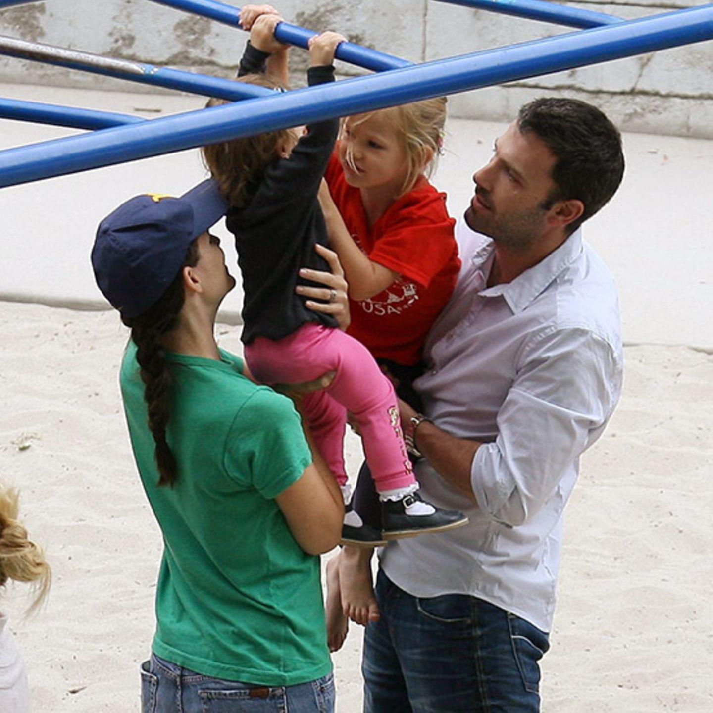 26. Juni 2012 Die kleine Familie geht auf Tuchfühlung: Jennifer und Ben halten ihre beiden Töchter Seraphina und Violet am Gelän