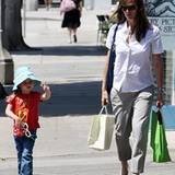 19. Juli 2009: Mit Hut und Sonnenbrille bewaffnet, laufen Violet und Jennifer durch die Straßen von Beverly Hills.