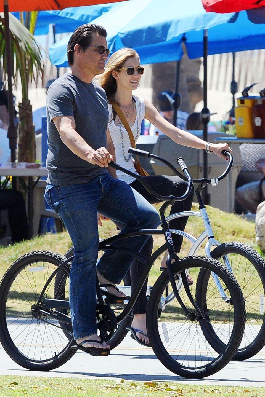 Josh Brolin und seine Freundin Kathryn Boyd cruisen in Flip Flops mit ihren Bikes gemütlich durch Santa Monica.