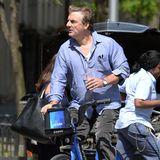 Mit einer Hand lenkt Chris Noth sein Citibike durch Manhattan, in der anderen transportiert er ein erfrischendes Kaltgetränk.