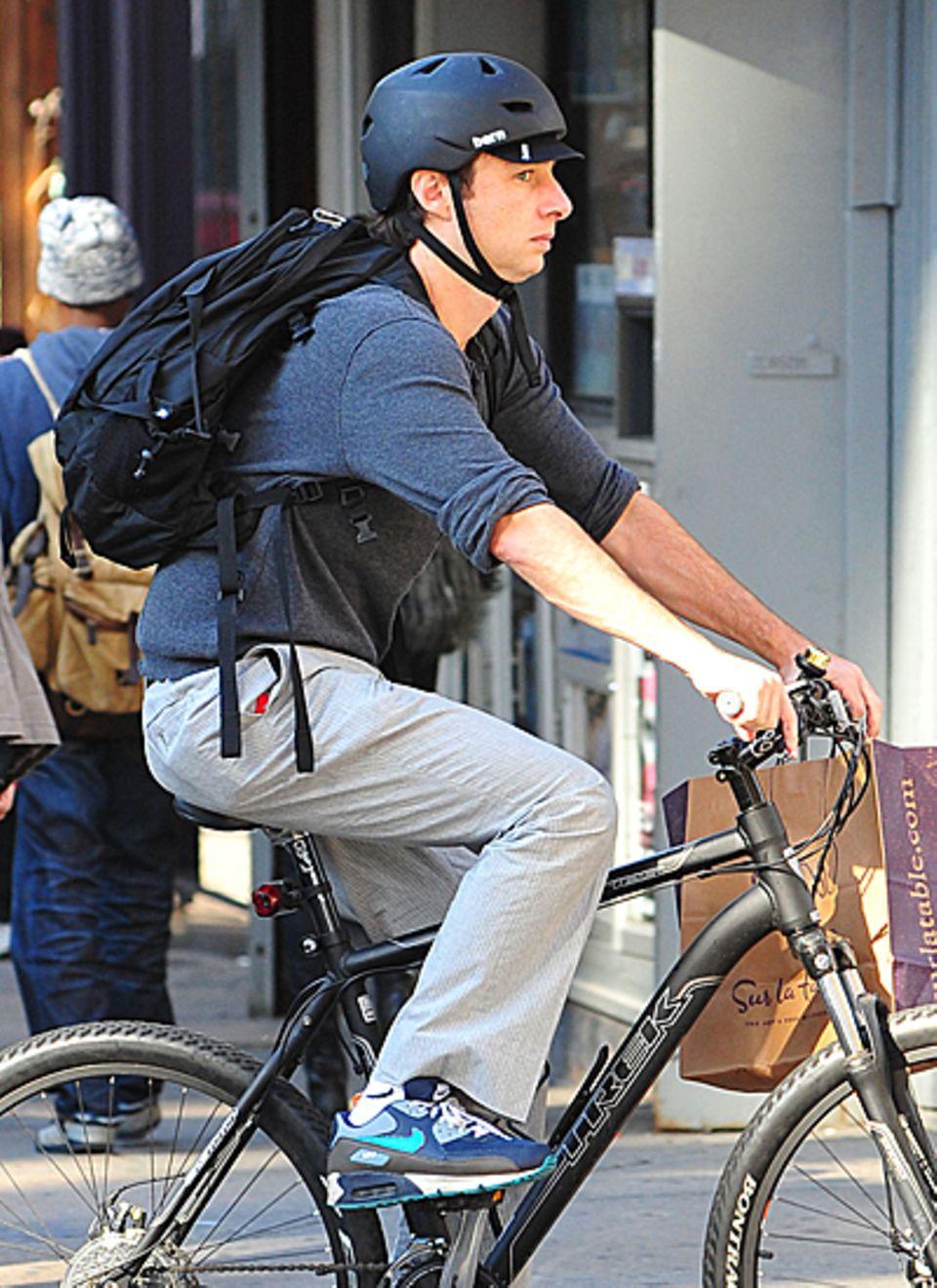 Gut geschützt mit Helm radelt Zach Braff durch New York.