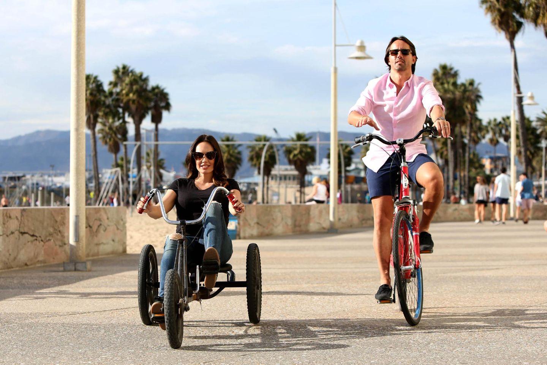 Tamara Ecclestone ist im sechsten Monat schwanger und hat sich deshalb für ihre kleine Spazierfahrt an der Strandpromenade von Santa Monica einen dreirädrigen Buggy geliehen. Ihr Ehemann Jay Rutland greift auf Herkömmliches zurück.