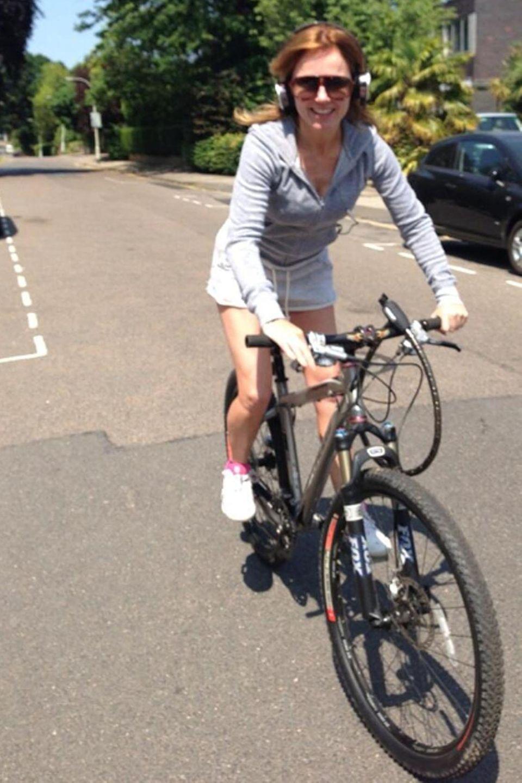 Mit Kopfhörern auf dem Fahrrad ist eigentlich gefährlich, viel Verkehr scheint dort jedoch nicht zu sein, wo Geri Halliwell mit ihrem Mountainbike unterwegs ist.
