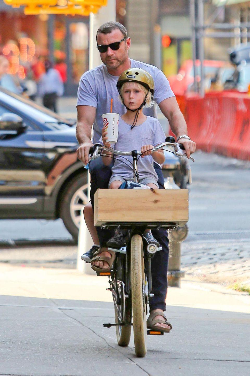 Liev Schreiber ist mit seinen Söhnen in New York City unterwegs.