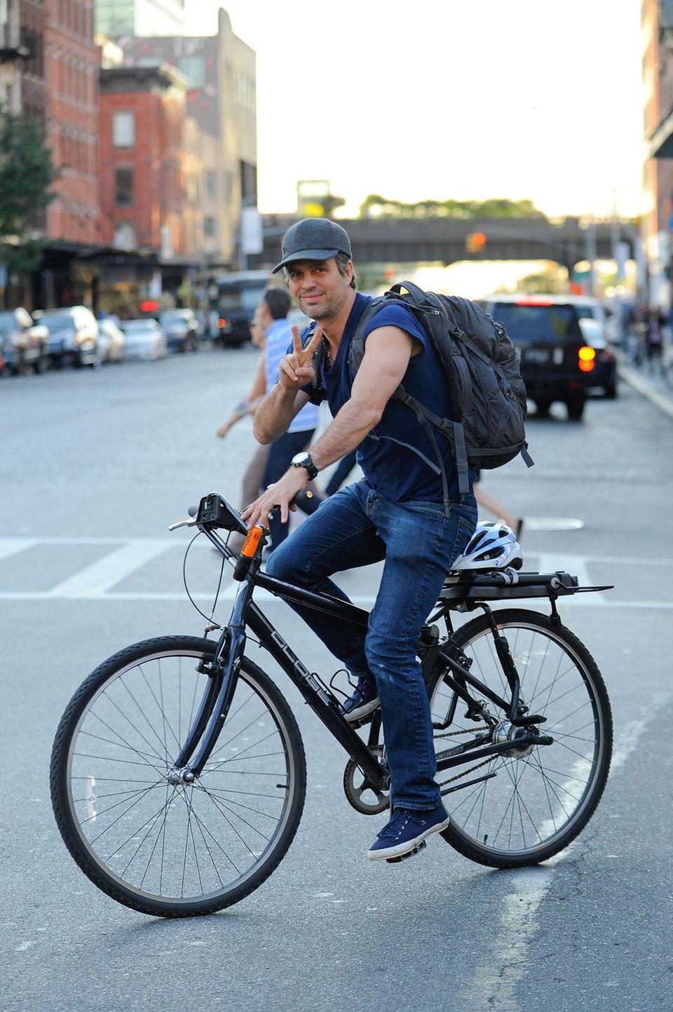 Mark Ruffalo fährt durch den Meatpacking District in New York und grüßt die Fotografen, die ihn dabei entdecken.