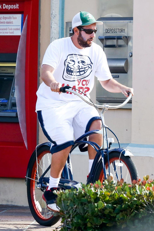 Adam Sandler fährt entspannt mit dem Fahrrad durch Malibu.