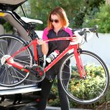 Im sportlichem Dress und mit einem Lächeln im Gesicht, packt Alyson Hannigan ihr Drahtesel aus dem Auto.
