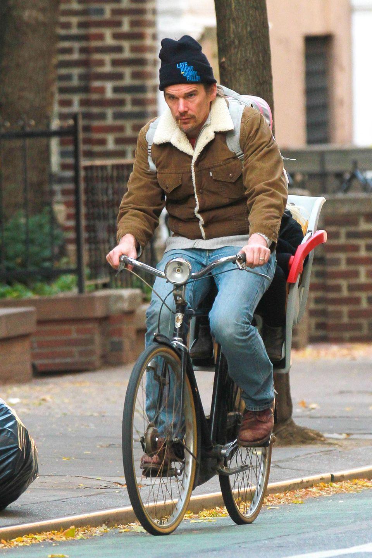Ethan Hawke hat seine Tochter Indiana (versteckt hinter ihrem Papa) mit dem Rad vom Kindergarten abgeholt.