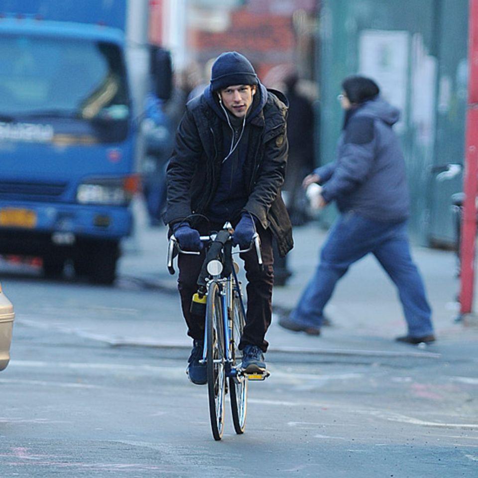 Entspannt radelt Jesse Eisenberg durch den New Yorker Stadtteil SoHo.