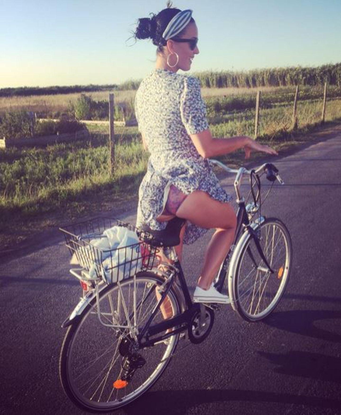 So ein Kleid hat beim Fahrradfahren so seine Tücken: Das bekommt auch Katy Perry bei ihrer Radtour in Frankreich zu spüren. Beim Aufsteigen blitzt der Po der Sängerin hervor. Die nimmt es gelassen und teilt das Foto auf Instagram.