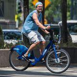Leonardo DiCaprio braucht keine Limousine: Der Oscarpreisträger mietet sich ein Fahrrad und radelt damit gemütlich durch New York.
