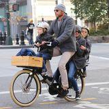 Familie Watts-Schreiber beweist, dass man auch zu viert gut auf einem Fahrrad Platz findet.